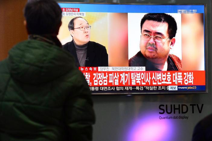 Một màn hình TV cỡ lớn ở Seoul Hàn Quốc phát bản tin về cái chết của ông Kim Jong Nam, hôm 14/2 - Ảnh: Reuters.<br>