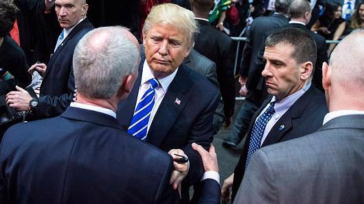 Nhân viên Mật vụ Mỹ bảo vệ Donald Trump trong chiến dịch tranh cử Tổng thống - Ảnh: Getty/CNBC.<br>