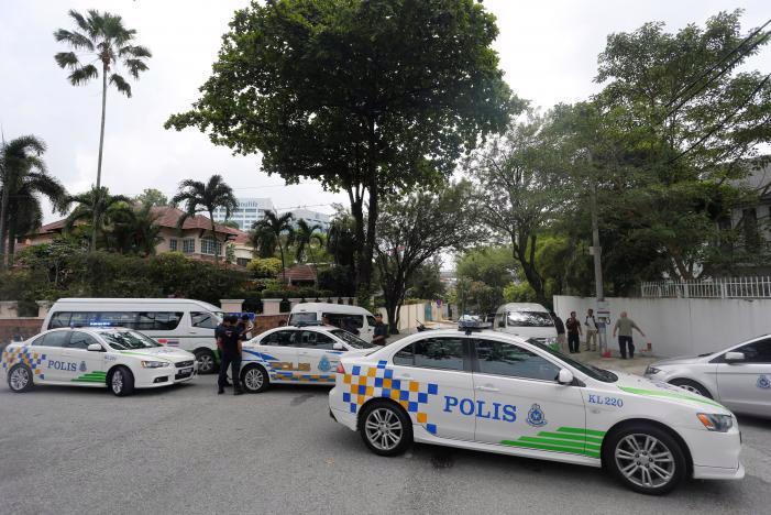 Xe cảnh sát Malaysia chắn lối vào đại sứ quán Triều Tiên ở Kuala Lumpur ngày 7/3 - Ảnh: Reuters.<br>