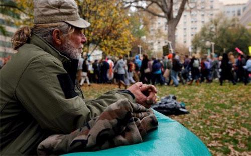 Một người vô gia cư ở Washington, Mỹ hôm 9/11/2015 - Ảnh: Reuters.<br>