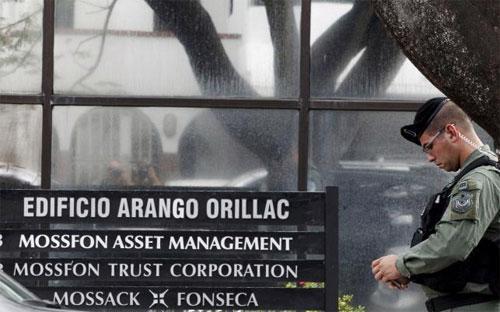 Lực lượng cảnh sát và xe tuần tra đã vây quanh tòa nhà trụ sở của Mossack Fonseca vào buổi chiều ngày 12/4 theo giờ địa phương - Ảnh: Reuters.<br>