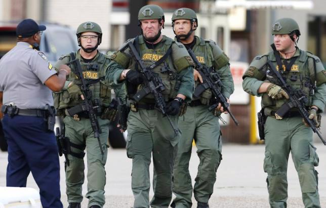 Cảnh sát Mỹ tại hiện trường vụ phục kích sát hại 3 cảnh sát ở Baton Rouge ngày 17/7 - Ảnh: Reuters.<br>