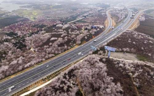 Một tuyến đường cao tốc ở Quý Dương, Quý Châu, Trung Quốc - Ảnh: Reuters.<br>