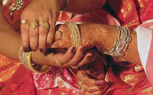 Người Ấn thường tặng nữ trang bằng vàng trong các đám cưới và mua vàng  trong các dịp dễ hội vì tin rằng, cách làm như vậy sẽ đem đến cho họ vận  may.
