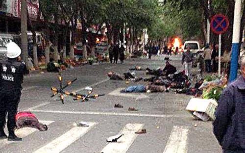 Hiện trường vụ tấn công đẫm máu tại một khu chợ trời ở Urumqi, Tân Cương hồi tháng 5 năm nay - Ảnh: Tân Hoa Xã.