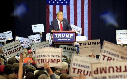 Donald Trump trong một sự kiện vận động tranh cử ở bang Alabama hôm 21/11 - Ảnh: Reuters.<br>