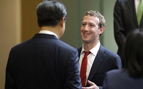 CEO Facebook, Mark Zuckerberg, trò chuyện với Chủ tịch Trung Quốc Tập Cận Bình trong cuộc gặp ở trụ sở tập đoàn Microsoft nhân chuyến thăm Mỹ của ông Tập năm 2015 - Ảnh: Getty.<br>