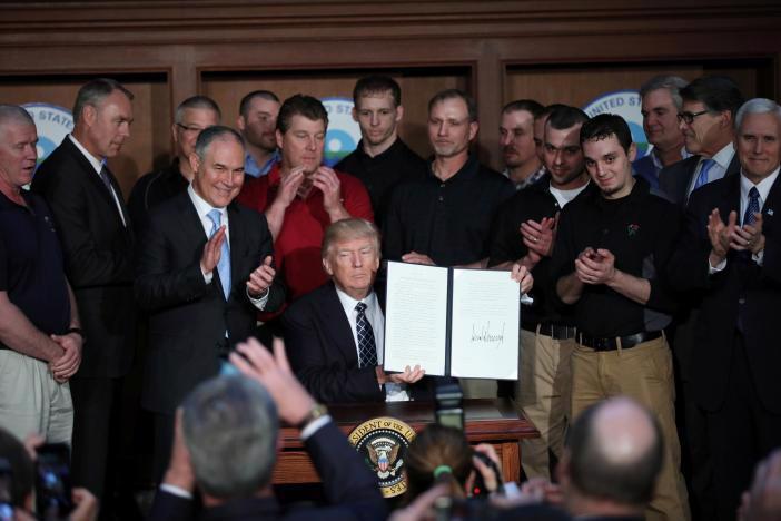 """Tại trụ sở Cơ quan Bảo vệ môi trường Mỹ (EPA) ngày 28/3, Tổng thống Donald Trump đã đặt bút ký vào  sắc lệnh mang tên """"Sự độc lập năng lượng"""", xung quanh ông là lãnh đạo  các công ty hàng đầu ngành than Mỹ - Ảnh: Reuters.<br>"""