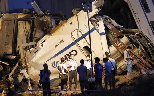 """<span id=""""div"""" class=""""fl w100 mt10 span-detailimages relative"""">Hiện trường vụ tai nạn đường sắt thảm khốc ở Trung Quốc hôm 23/7/2011 <i>- Ảnh: Reuters</i>.</span>"""