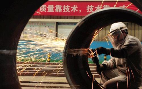 Cũng có những ý kiến cho rằng sự suy giảm hoạt động của ngành sản xuất ở Trung Quốc là theo xu hướng toàn cầu - Ảnh: Financial Times/EPA.<br>