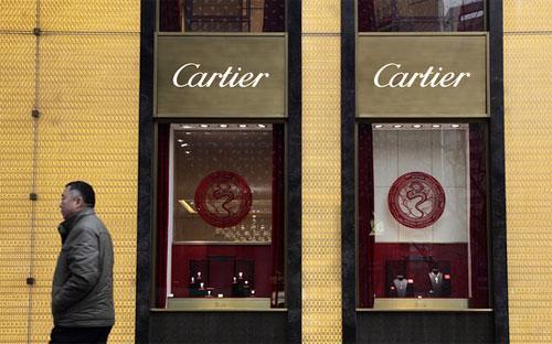 Bên ngoài một cửa hiệu Cartier ở Thượng Hải - Ảnh: Bloomberg.<br>