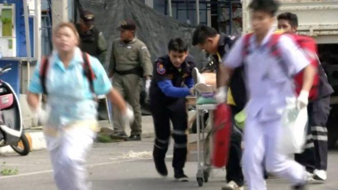 Cảnh sát và nhân viên y tế đang hỗ trợ nạn nhân bị thương trong một vụ nổ ở Hua Hin, Thái Lan ngày 12/8 - Ảnh: Reuters/BBC.<br>