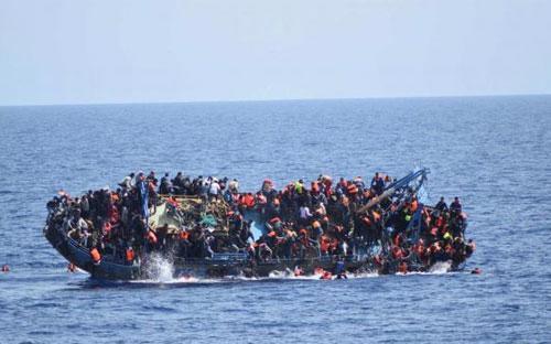 Một thuyền chở người di cư bị lật trên Địa Trung Hải trước khi được hải quân Italy cứu hôm&nbsp; 25/5 - Ảnh: Reuters.<br>