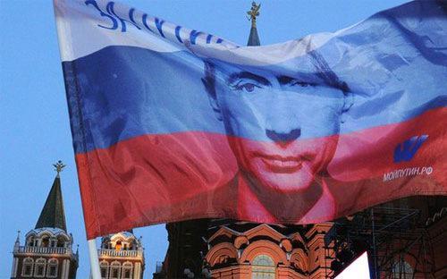 Nền kinh tế Nga đang điêu đứng do tác động kép của giá dầu giảm quá nửa kể từ mùa hè năm ngoái và lệnh trừng phạt của Mỹ-châu Âu - Ảnh: BBC.<br>