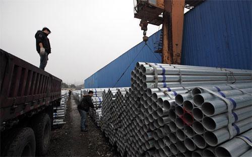 Chiếm khoảng một nửa sản lượng thép của thế giới, các nhà máy thép của  Trung Quốc đang chật vật xoay sở với tình trạng thừa thép và giá cả giảm  sâu - Ảnh: Bloomberg.<br>
