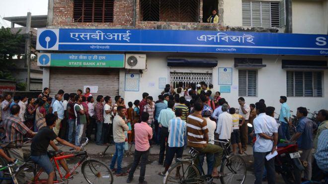 Người dân Ấn Độ xếp hàng chờ rút tiền trước một ngân hàng - Ảnh: AP/BBC.