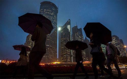 Trung Quốc đang tiến hành một chiến dịch loại trừ các hoạt động giao dịch chứng khoán bất hợp pháp - Ảnh: Bloomberg.<br>