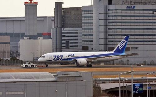Một chiếc Boeing 787 Dreamliner của hãng hàng không Nhật All Nippon Airways (ANA) tại sân bay Haneda ở Tokyo hôm 16/1 - Ảnh: AFP/Getty Images.