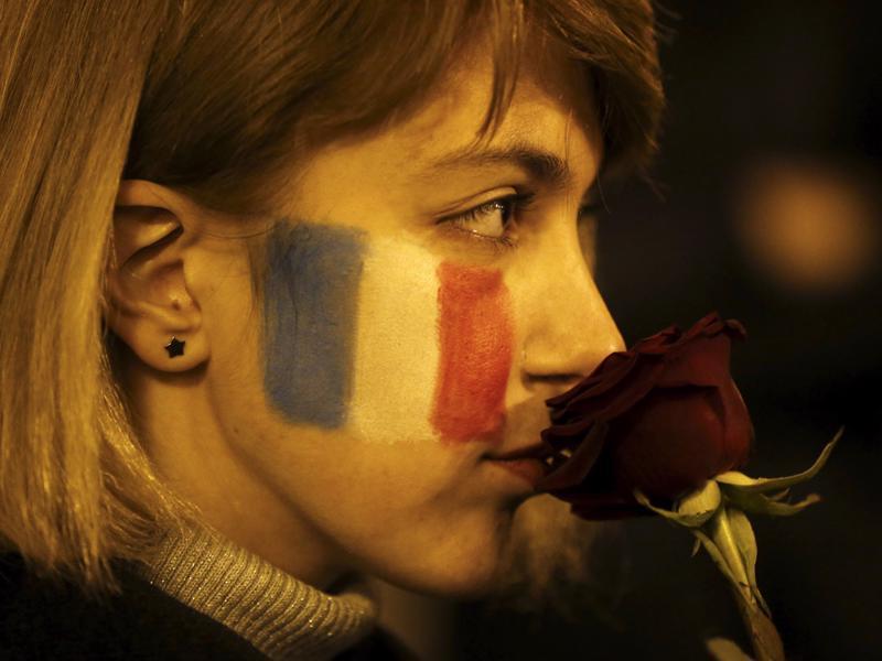Một phụ nữ trong lễ tưởng niệm nạn nhân vụ khủng bố Paris ở Tbilisi, Georgia, tháng 11/2015 - Ảnh: Reuters.<br>