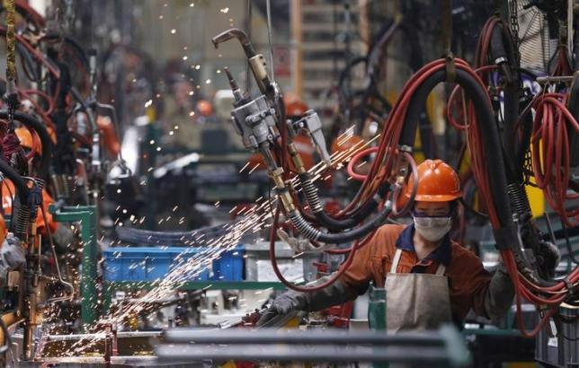 Công nhân làm việc trong một nhà máy sản xuất ô tô của hãng Geely ở Ninh Ba, Triết Giang, Trung Quốc - Ảnh: Reuters.<br>