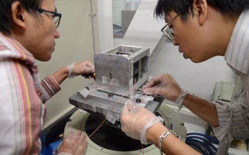 Các kỹ sư Việt Nam tiến hành thử nghiệm vệ tinh Pico-Dragon ở Trung tâm Vệ tinh quốc gia hồi tháng 7/2012 - Ảnh: Hữu Điệp.<br>