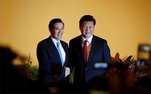 Nhà lãnh đạo Đài Loan Mã Anh Cửu (trái) và Chủ tịch Trung Quốc Tập Cận Bình bắt tay trước cuộc hội đàm ở Singapore ngày 7/11 - Ảnh: Bloomberg.<br>