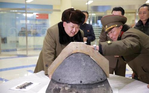 Nhà lãnh đạo Triều Tiên Kim Jong Un thị sát một cơ sở hạt nhân của nước này - Ảnh: Reuters/KCNA.<br>