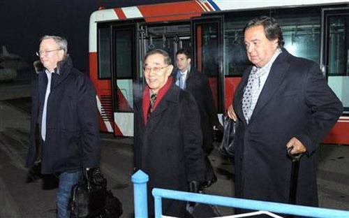 Ông Eric Schmidt (trái) và ông Bill Richardson (phải) đặt chân xuống sân bay Bình Nhưỡng - Ảnh: Reuters/Kyodo.<br>