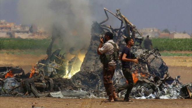 Một trong những bức ảnh lan truyền trên mạng Internet được cho là trực thăng Nga bị bắn rơi ở Syria ngày 1/8 - Ảnh: Reuters/BBC.<br>
