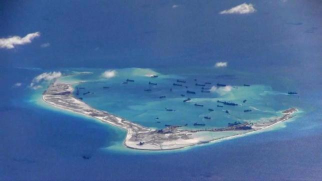 Ảnh do Hải quân Mỹ cung cấp cho thấy hoạt động xây dựng trái phép của Trung Quốc ở bãi Vành Khăn thuộc quần đảo Trường Sa của Việt Nam hồi tháng 5/2015 - Nguồn: Reuters.<br>