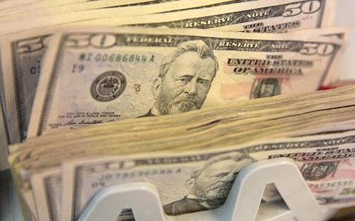 Nguyên nhân khiến USD tăng giá là những bình luận cứng rắn của quan  chức FED mấy ngày gần đây khiến giới giao dịch phải đánh giá lại kỳ vọng  lãi suất - Ảnh: CNBC/Getty/Bloomberg.<br>
