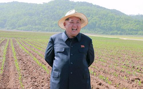Nhà lãnh đạo Triều Tiên Kim Jong Un trong một chuyến đi thăm ruộng - Ảnh: KCNA.<br>