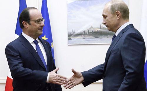 Tổng thống Pháp Francois Hollande (trái) và Tổng thống Nga Vladimir Putin trong một lần gặp. Hai nước đang xích lại gần nhau sau vụ khủng bố ở Paris và vụ rơi máy bay chở khách Nga ở Ai Cập.<br>