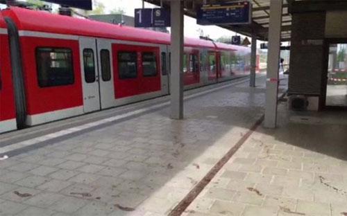 Hiện trường vụ tấn công bằng dao ở nhà ga Đức ngày 10/5 - Ảnh: APTN/BBC.<br>