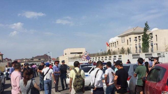 Nhân viên đại sứ quán Trung Quốc ở Bishek, Kyrgyzstan đã được sơ tán sau vụ tấn công ngày 30/8 - Ảnh: AP/BBC.<br>