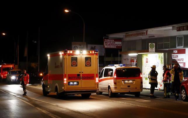 Xe cấp cứu và xe cảnh sát gần hiện trường vụ tấn công bằng dao trên một con tàu ở Đức ngày 18/7 - Ảnh: Reuters.<br>