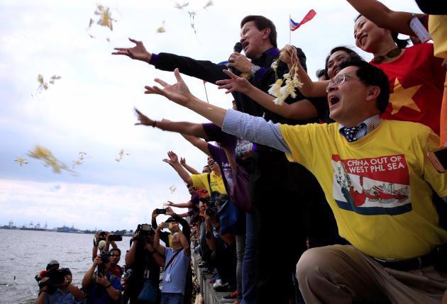 Các nhà hoạt động Philippines thể hiện phản ứng ở Manila sau khi tòa án quốc tế công bố phán quyết vụ kiện Biển Đông ngày 12/7 - Ảnh: Reuters.<br>