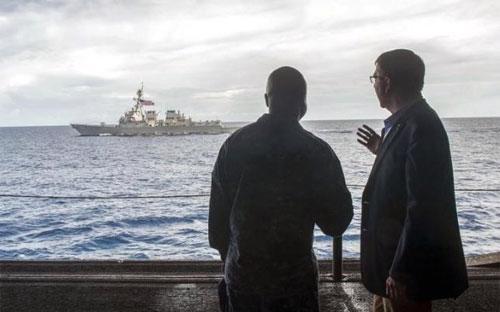 Bộ trưởng Bộ Quốc phòng Mỹ Ash Carter (phải) và chỉ huy hải quân Mỹ Robert C. Francis Jr. trong chuyến thăm tàu sân bay Theodore Roosevelt trên biển Đông hôm 5/11 - Ảnh: Reuters.<br>
