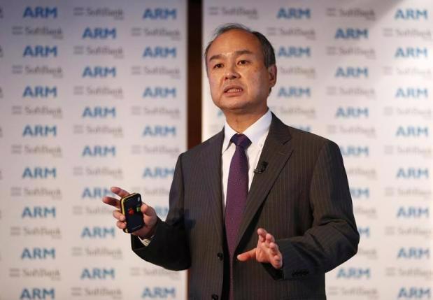 Nhà sáng lập kiêm Giám đốc điều hành (CEO) SoftBank, ông Masayoshi Son, phát biểu trong một cuộc họp báo ở London, Anh ngày 18/7 - Ảnh: Reuters.<br>