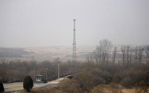 Tháp gắn camera theo dõi của Triều Tiên hướng về phía Hàn Quốc ở khu vực biên giới giữa hai miền - Ảnh: Reuters.<br>