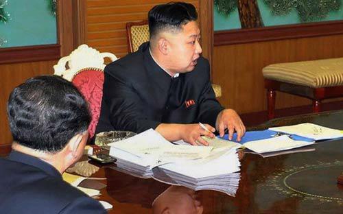 Ông Kim tại cuộc họp hôm 26/1 vừa qua. Bên cạnh ông là một chiếc smartphone màu đen.<br>