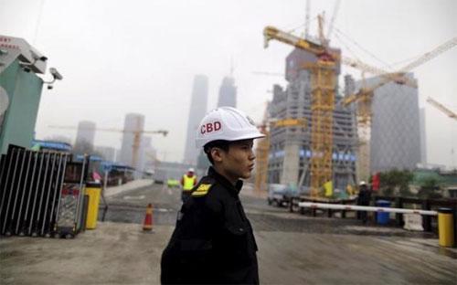 Nhân viên bảo vệ làm việc trên một công trường ở Bắc Kinh, Trung Quốc, tháng 10/2015 - Ảnh: Reuters.<br>
