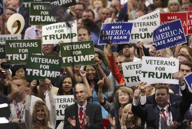 Những người ủng hộ Donald Trump giơ khẩu hiệu trong ngày đầu tiên của đại hội Đảng Cộng hòa diễn ra ở Cleveland, Ohio ngày 18/7 - Ảnh: Reuters.<br>