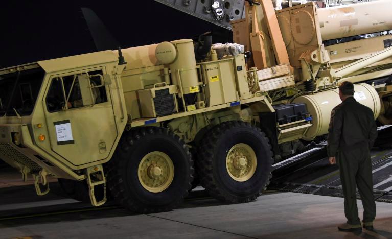 Một phần hệ thống lá chắn tên lửa Thaad của Mỹ được đưa tới Hàn Quốc ngày 7/3 - Ảnh: Reuters.<br>