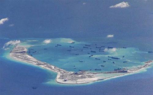 Tàu hút bùn của Trung Quốc hoạt động ở bãi Vành Khăn thuộc quần đảo Trường Sa của Việt Nam. Ảnh chụp từ máy bay trinh sát P-8A Poseidon của Mỹ hôm 21/5 - Nguồn: Reuters/Wall Street Journal.<br>