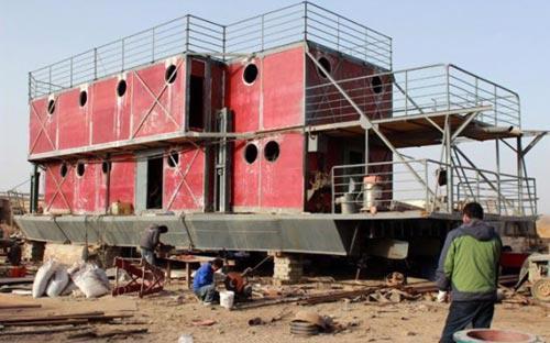 Anh Lu Zhenghai, người ở Khu tự trị dân tộc Duy Ngô Nhĩ Tân Cương, tây bắc Trung Quốc, đã dành khoảng 160.000 USD để đóng con tàu tận thế - Ảnh: AFP.<br>