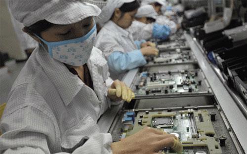 Công nhân làm việc trong một nhà máy của Foxconn - Ảnh: Getty/BBC.<br>