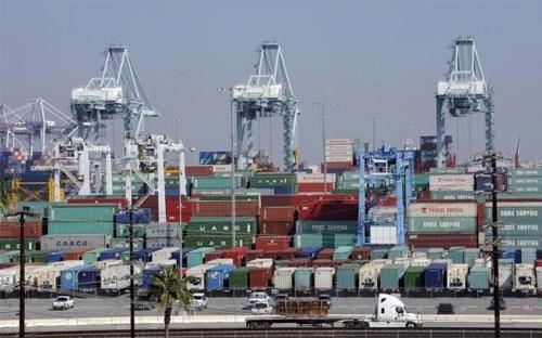 Những container hàng hóa ở cảng Los Angeles, Mỹ hồi tháng 2/2015 - Ảnh: Reuters.<br>