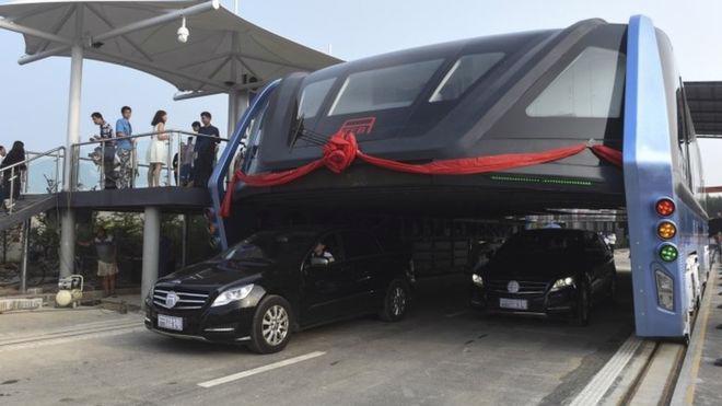 """""""Siêu xe bus"""" chống tắc đường chạy thử nghiệm ở Tần Hoàng Đảo, Trung Quốc - Ảnh: AP/BBC.<br>"""