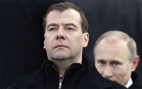 Thủ tướng Nga Dmitry Medvedev (trái) và Tổng thống nước này Vladimir Putin trong một sự kiện ở Moscow - Ảnh: Reuters/Business Insider.<br>